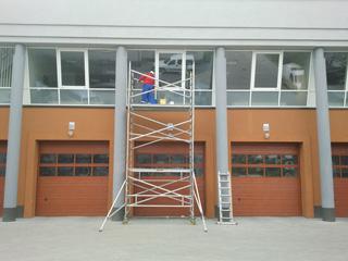 Mycie okien z pomocą rusztowania